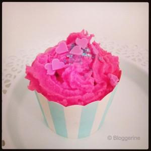 Muffin mit pinkfarbenen icing