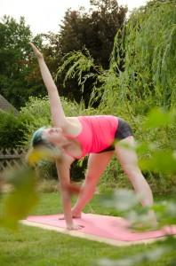 yoga pose wide angle standing forward bend with twist stehende vorwärtsbeuge mit Drehung variation parivritta prasarita padottanasana