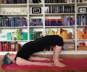 yoga bridge pose brücke yogaübung stärkung des Rückens eka pada setu bandhasana asana