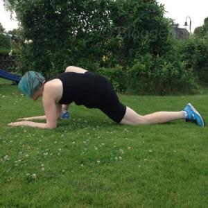 yoga pose lunge yoga for runners yogaübungen für Läufer Jogger vor und nach dem joggen lizard lunge utthan pristhasana