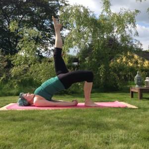 yoga pose one-legged bridge asana Yogaübung Brück mit einem bein eka pada setu bandhasana