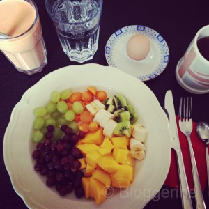 abnehmen diät gesundes essen frühstück Obst joghurt Fitnessgirl sport