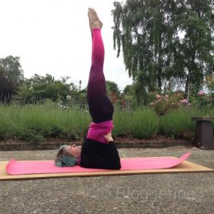 yoga salamba sarvangasana supported shoulderstand gestützter Schulterstand yogaübung yoga pose