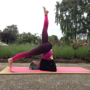 yoga eka pada salamba sarvangasana one leg supported shoulderstand gestützter Schulterstand yogaübung yoga pose