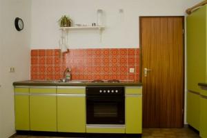Spüle und Herd vor orange farbenen 70-ziger Jahre Fliesenspiegel 70er Jahre Küche Simatic grün vor dem Umbau