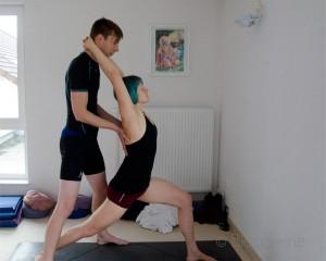 Yoga, Yoga an der Nordsee, Ashram, Partneryoga, Hands on, Shoulderstretch, Schulteröffner, Warrrior I, Krieger I