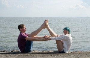 Yoga, Yoga überall, yoga everywhere, Partneryoga, Boot, Boat pose, Strand, Wattenmeer, Nordsee, Wilhelmshaven
