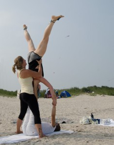 Acroyoga, Acroyoga am Strand, Star, yoga, yoga überall, yoga everywhere, Spotter, Flyer, Base, Sommer, Sonne, Urlaub, Meer, Nordsee