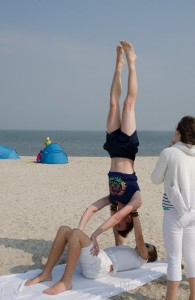 Acroyoga, Acroyoga am Strand, inversion, yoga, yoga überall, yoga everywhere, Spotter, Flyer, Base, Sommer, Sonne, Urlaub, Meer, Nordsee