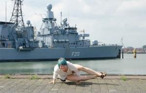 Yoga überall, yoga everywhere, Marinestützpunkt, Wilhelmshaven, Schiff, Armbalance, eight angle pose