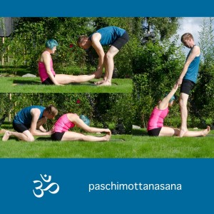 Partneryoga, Yoga, Hands on, Yoga mit Parnter, Yoga zu zweit, fit sein, Fitness, Yoga überall, Yogi, Yogini, Männeryoga, seated forward bend, Vorwärtsbeuge, Unterstützung beim Yoga