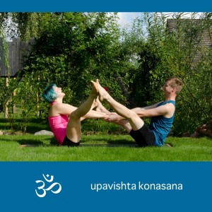 Partneryoga, Yoga, Hands on, Yoga mit Parnter, Yoga zu zweit, fit sein, Fitness, Yoga überall, Yogi, Yogini, Männeryoga, Grätsche, Bootvariation, boat variation, wide legged