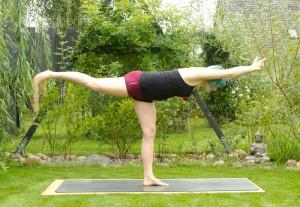 Yoga, Yogasequenz, Yogapose, Asana, täglich yoga, Yoga im Garten, Standing poses, stehende Positionen, Beindehnung, Oberschenkel, Unterschenkel, fit, Fitness, Krieger III, Warrior III, virabhadrasana