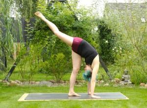 Yoga, Yogasequenz, Yogapose, Asana, täglich yoga, Yoga im Garten, Standing poses, stehende Positionen, Beindehnung, Oberschenkel, Unterschenkel, fit, Fitness, standing split, Spagat, urdhva prasarita eka padasana
