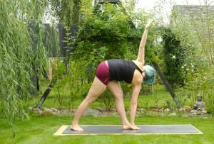 Yoga, Yogasequenz, Yogapose, Asana, täglich yoga, Yoga im Garten, Standing poses, stehende Positionen, Beindehnung, Oberschenkel, Unterschenkel, fit, Fitness, gedrehtes Dreieck, revolved triangle, parivrtta trikonasana