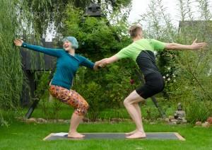 Partneryoga, Acroyoga, Yoga, yoga mit Partner, Aufwärmen, warm up, dehnen, stretchen, Übungen, Aufwärmübungen, Yoga, Stuhlposition, chair, twisted chair, utkatasana