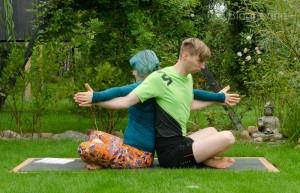 Partneryoga, Acroyoga, Yoga, yoga mit Partner, Aufwärmen, warm up, dehnen, stretchen, Übungen, Aufwärmübungen, Yoga, easy seat, drehung, sukhasana