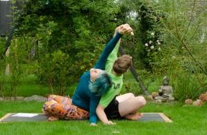 Partneryoga, Acroyoga, Yoga, yoga mit Partner, Aufwärmen, warm up, dehnen, stretchen, Übungen, Aufwärmübungen, Yoga, easy seat, drehung, sukhasana, side bending, seitliche Dehnung