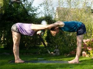 Partneryoga, Yoga, Schulteröffnung, Dehnung, fit sein, fit mit Partner, asana, partner asana, shoulder opener