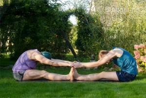 Partneryoga, Yoga, forwardbend, seated pose, sitzende Position, Dehnung, fit sein, fit mit Partner, asana, partner asana, Vorwärtsbeuge