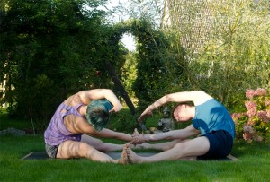 Partneryoga, Yoga, twisted pose, twist, parivritta janu sirsansana, seated pose, Dehnung, fit sein, fit mit Partner, asana, partner asana, gedrehte Haltung, Drehung