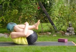 Yoga, Asana, yogaposition, head to knee, Kopf zu Kinn Position, pavanamuktasana