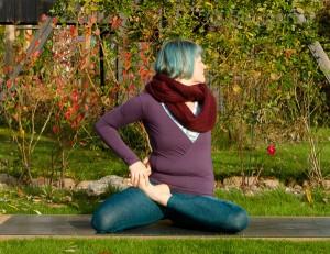 yoga, yogapose, position, asana, twist, seated twist, sitzende Position, Drehung, halber Lotus, half lotus, halber Heldensitz, heron, gebunden, bound, bharadvajasana