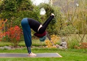 Yoga, Yogaasana, yogaposition, yogini, im Garten, fit sein, Vorbeuge, forward fold, shoulder opener, uttanasana