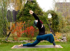 Yoga, Yogini, fit im Herbst, Asana, Rückbeuge, backbend, halfmoon, Halbmond, low lunge,  chest opener, anjaneyasana
