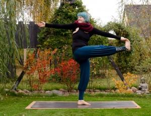 Yoga, Yogini, fit im Herbst, Asana, standing pose, stehende Position, revolved, twist, gedreht, Hand zu Fuß Position, stehende Position, standing pose, revolved hand to big to pose, parivrtta utthita hasta padangusthasana