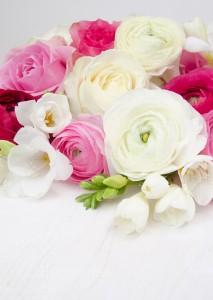 Geburtstag, Blumen, Ranunkel, Fresien, Rosen, rosa, weiß, pink, Frühlingsblumen, Geburtstagsblumen