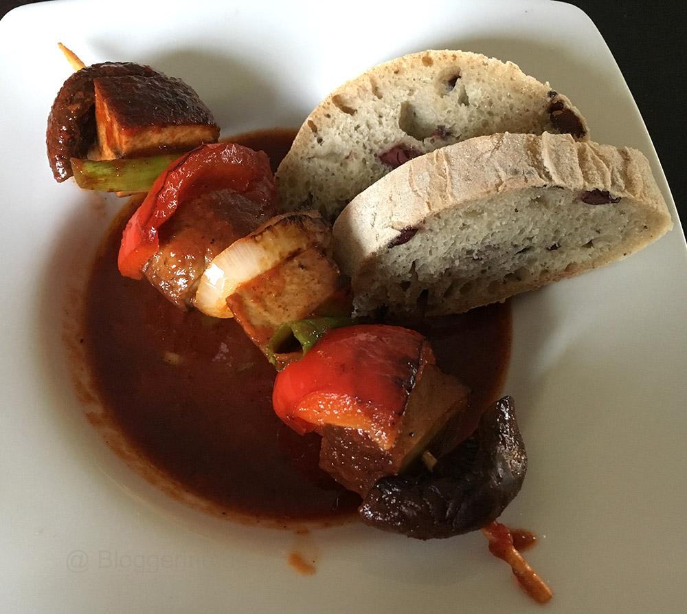 Schaschlik, Tofuspieß, scharfer Spieß, vegetarisches Schaschlik, Vegetarier, vegetarisch kochen, grillen, Grillsaison, bbq-Soße, barbecuesoße, kochen, fast food, lecker, scharf