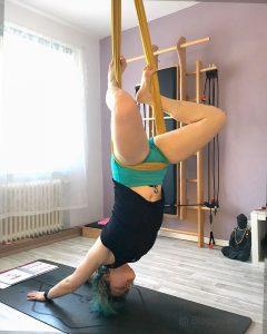 Aerial Yoga, Yoga, flying yoga, Yogatuch, Yogabuch, herabschauender hund, adho mukha shavasana