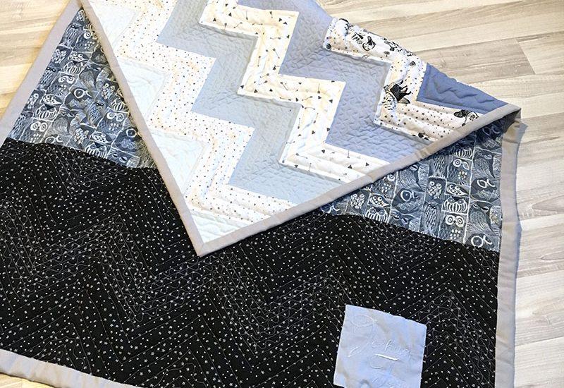 Quilt, Patchworkdecke, Geburt, Geschenk, Geburtsgeschenk, quilten, Zickzack, blau, grau, schwarz, Junge, Baby