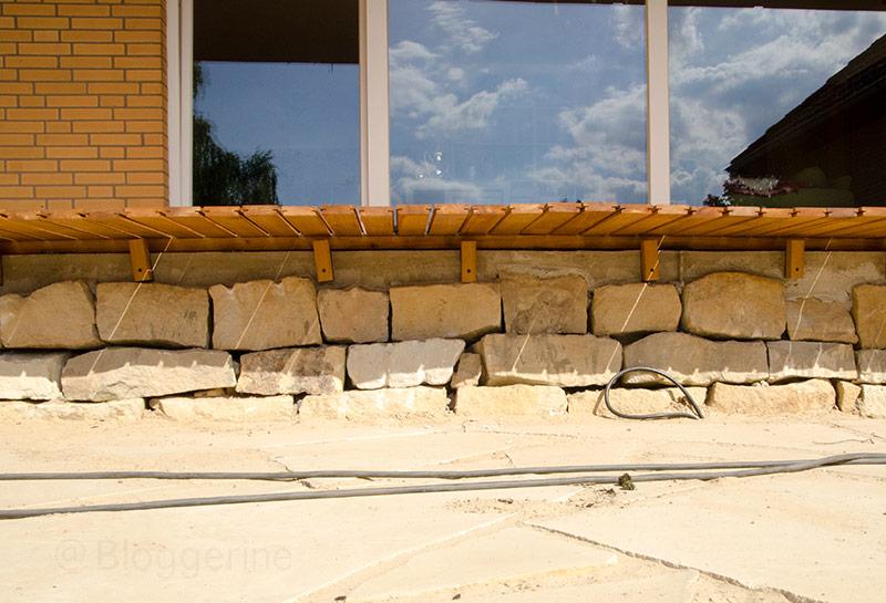 Terrasse, Terrassenneubau, Holzdeck, Holzdielen, selbermachen, diy, Garten, Robinie, Robinienholz, Sandsteinmauer