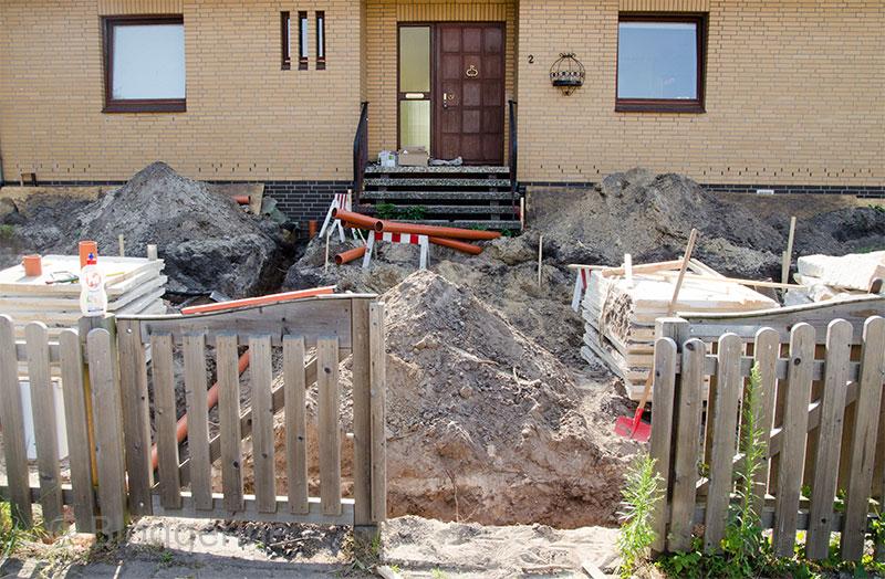 Vorgarten, Sandsteinmauer, Natursteinmauer, selber machen, Garten, Garten gestalten, Leerrohre, Wasserleitung