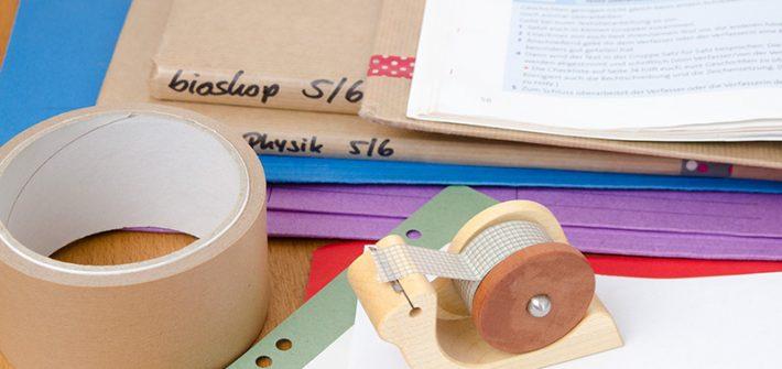 Zero Waste, wenig Plastik, kein Plastik, plastikfrei, nachhaltig, Nachhaltigkeit, Schule, Büro, Studium, Klebeband, Klebebandabroller aus Holz, Metallanspitzer, Buchumschlag, Packpapier, Vokabelkasten aus Holz