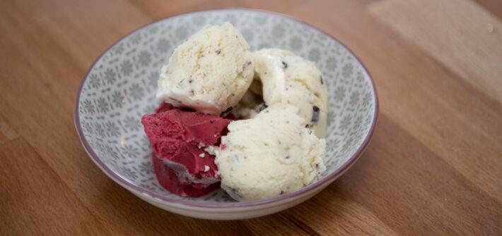 vier Kugel Eis, Fruchteis, Vanille mit Schokostreusel