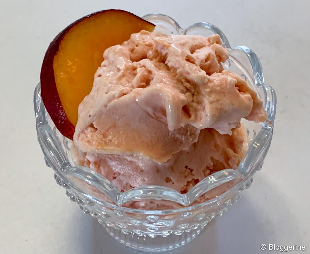 Pfirischeis mit einer Scheibe Pfirsich