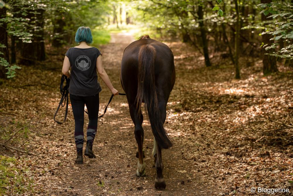 Frau und Pferd im Wald