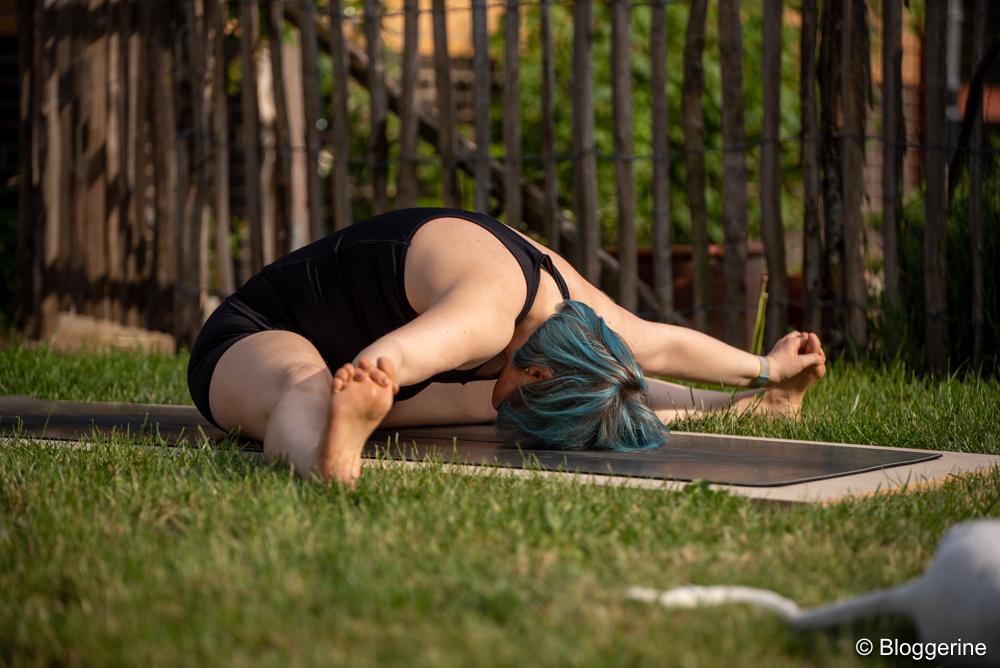 Yogapose weite gegrätschte Vorwärtsbeuge