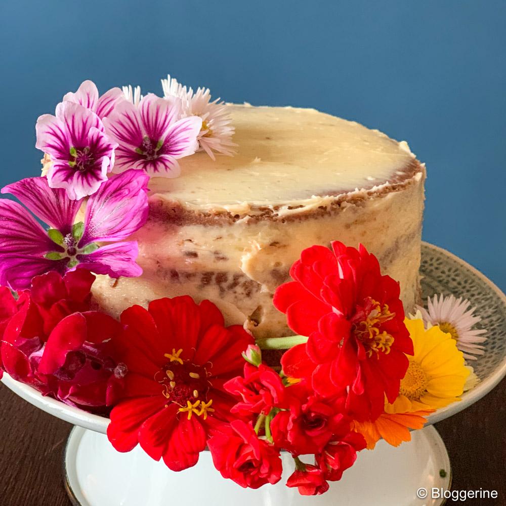 Kleine Torte mit vielen Blüten