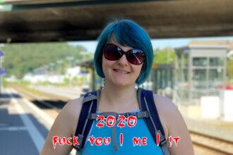 Aline mit Sonnebrille im Sommer auf einem Bahnhof, Text: 2020 fuck you/me/it