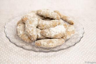 Teller mit selbstgebackenen Vanillekipferl