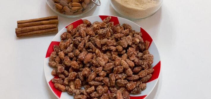 Teller mit gebrannten Mandeln und Zutaten