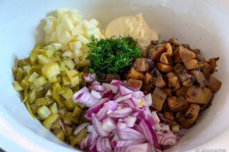 Zwiebeln, Gewürzgurke, rote Zwiebel, eingelegt Aubergine, Mayonaise und geschnittener Dill in einer Schüssel, noch nicht vermengt