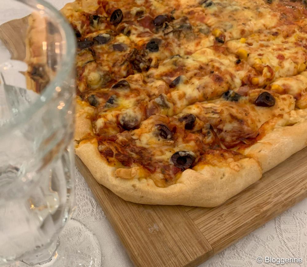selbst gemachte Pizza auf Holzbrett