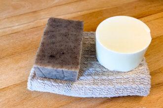 Zwei Stück Seife eckig und rund als Spülmittel auf Lappen