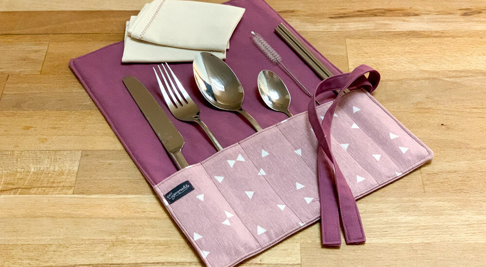 eckige Bestecktasche in rosa-lila mit Besteck, Glasstrohhalm und Reinigungsbürste