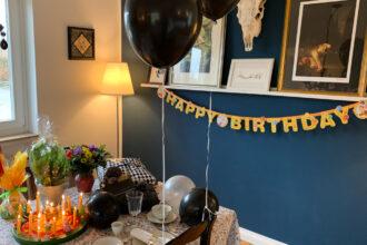 Geburtstagstisch mit schwarzen Ballons